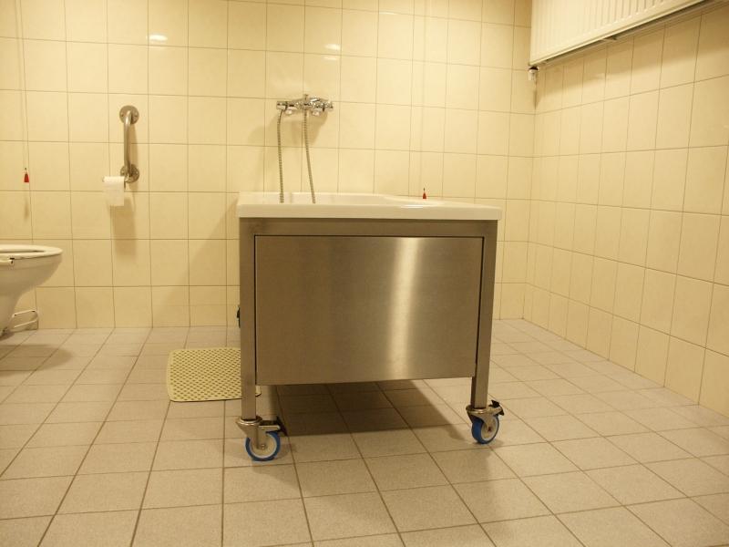 Onderrijdbaar bad producten voor zorgverlening en zelfredzaamheid van dijnen health - Kleine doucheruimte ...